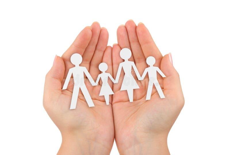 Papierfamilie in den Händen lizenzfreie stockbilder