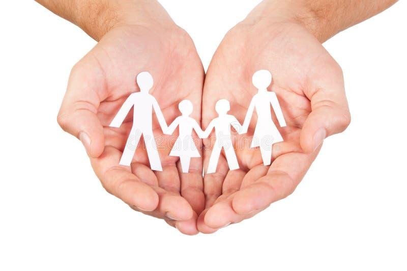 Papierfamilie in den Händen stockbild