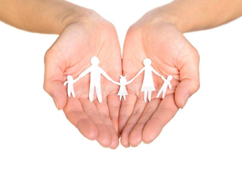 Papierfamilie in den Händen stockfotos