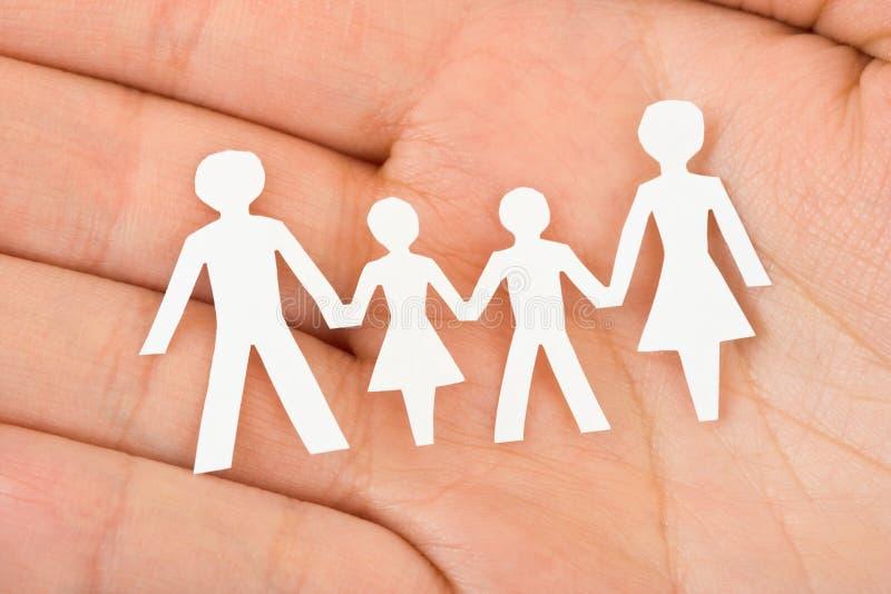 Papierfamilie in der Hand lizenzfreies stockfoto
