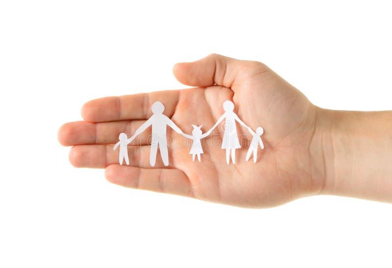 Papierfamilie in der Hand lizenzfreie stockfotos