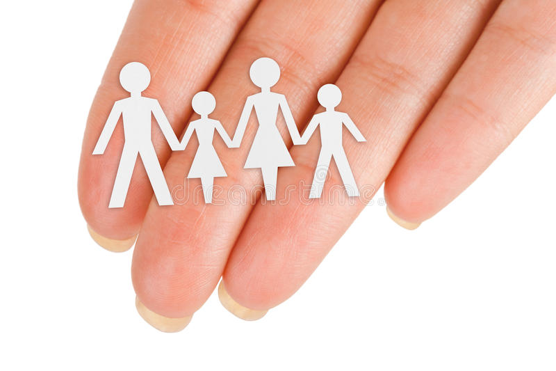 Papierfamilie in der Hand lizenzfreie stockbilder