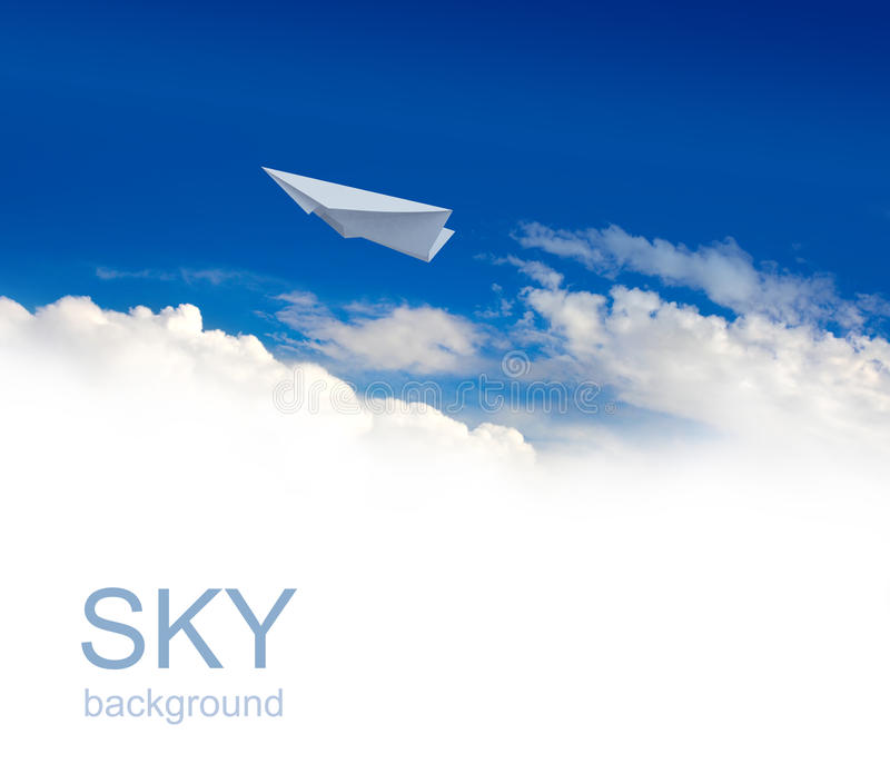 Papierflugzeuge im Himmel stockfotos