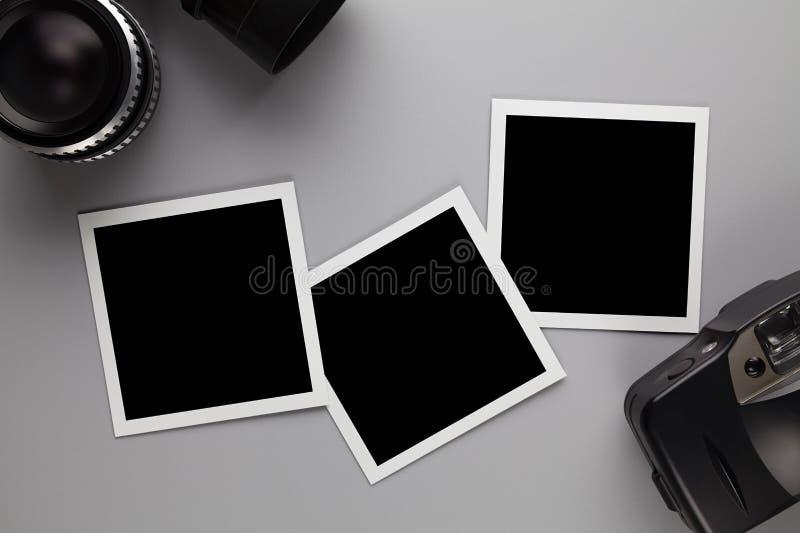 Papierfotorahmen mit Leerstelle, Retro- Linse und Kamera stockfoto