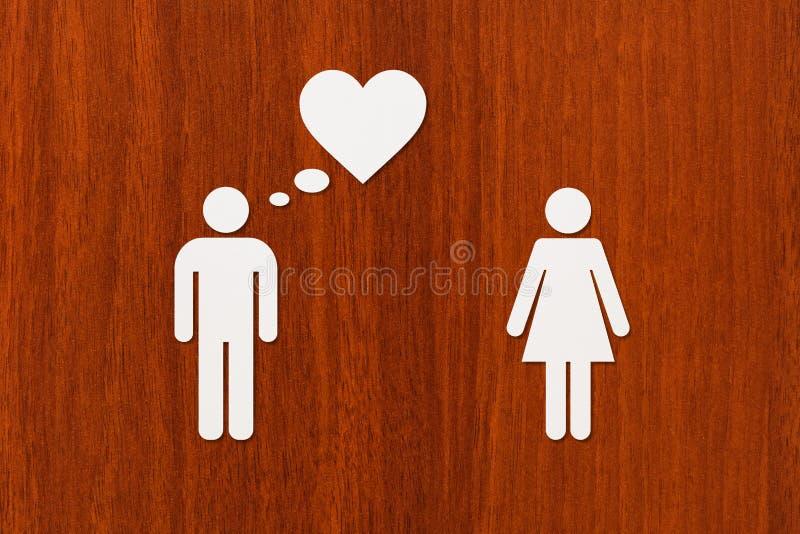 Papierfrau und Mann, die an Liebe denkt Abstraktes Begriffsbild lizenzfreie stockfotografie