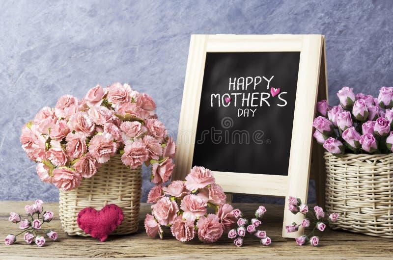 Papiergartennelke und rosafarbene Blumen- und glücklichemuttertagesmitteilung stockbilder