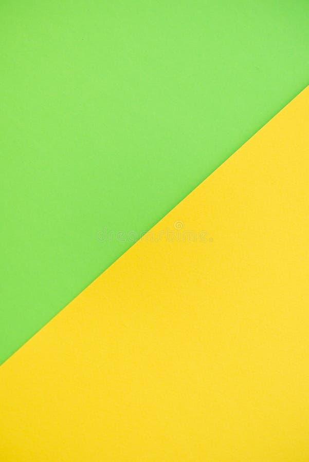 Papierhintergrund von zwei Farben gelb und grün stockbild