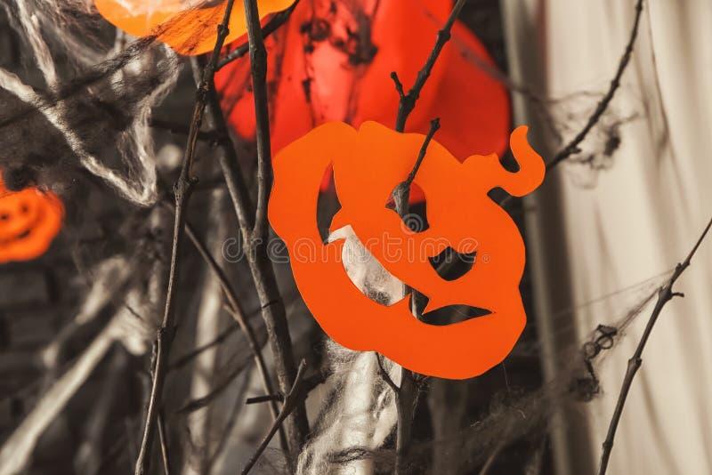 Papierkürbis mit Baumasten als Dekor für Halloween-Partei lizenzfreie stockbilder