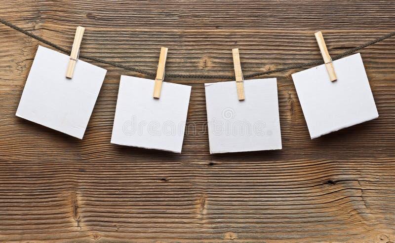 Papierkarte und Kleidungstöpsel lizenzfreie stockfotografie