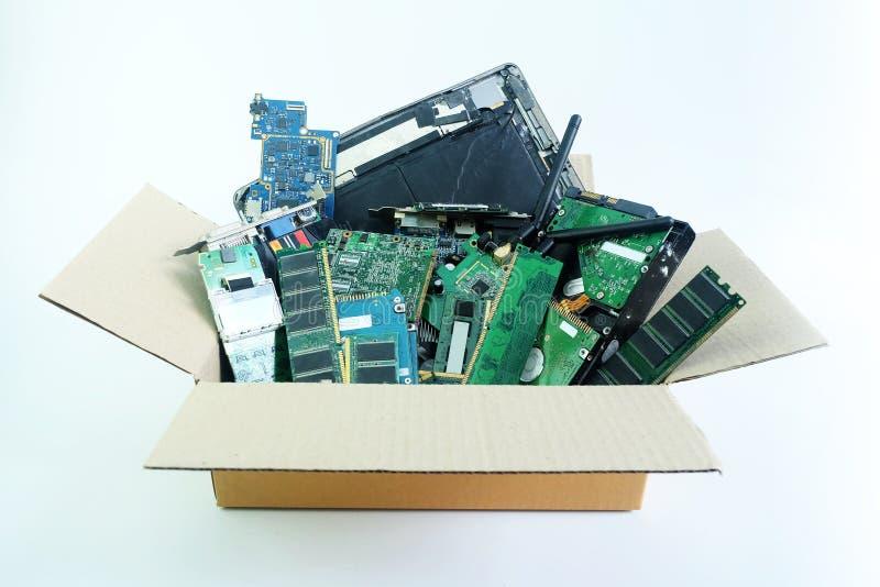 Papierkasten mit dem Computerhardware-Teilelektronikschrott lokalisiert auf Weiß lizenzfreie stockfotos