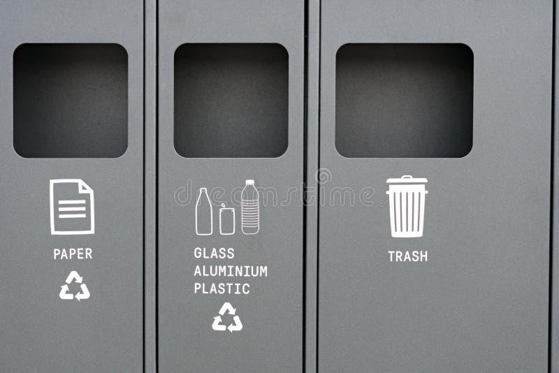 Papierkorb für das Trennen des Abfalls für Abfallwirtschaft stockfotos