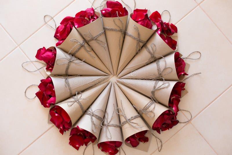 Papierkornette mit den Blumenblättern lizenzfreies stockfoto