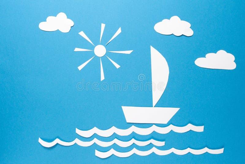 Papierorigamiboot segelt auf Wellen von Meer unter Wolken der Sonne und des Weißbuches auf blauem Hintergrund Das Konzept des Erf stockfotos