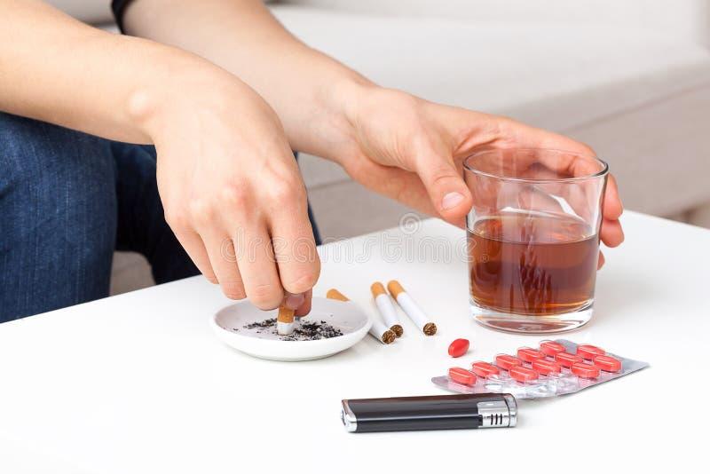 Papierosy i alkohol obraz stock