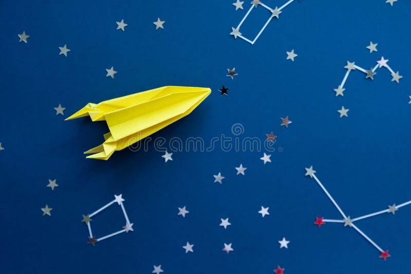 Papierowa domowej roboty origami rakieta Orygina?u Astronautyczny poj?cie fotografia royalty free