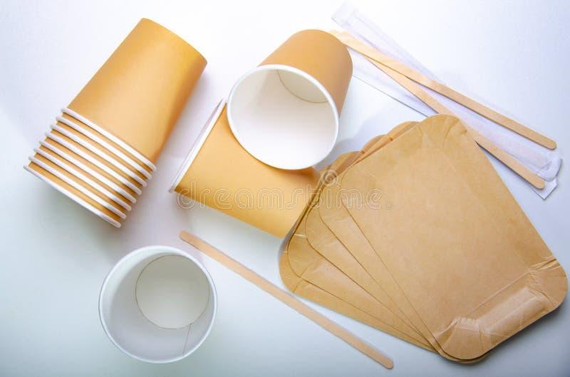 Papierowa filiżanka dla kawy, rozporządzalne ekologiczne kaw dostawy Biel st?? obrazy royalty free