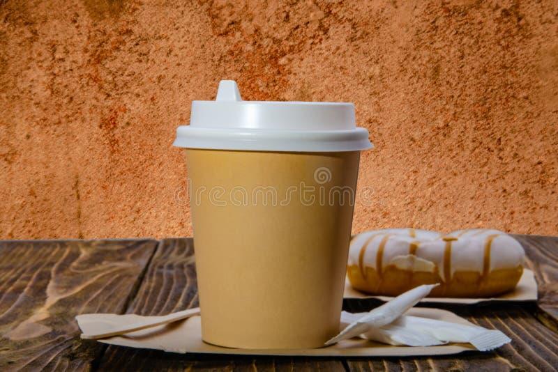 Papierowa fili?anka dla kawy Pomara?czowy t?o obraz stock