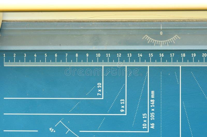Papierowa gilotyna, papierowy krajacz z mierzyć uwypukla obraz stock
