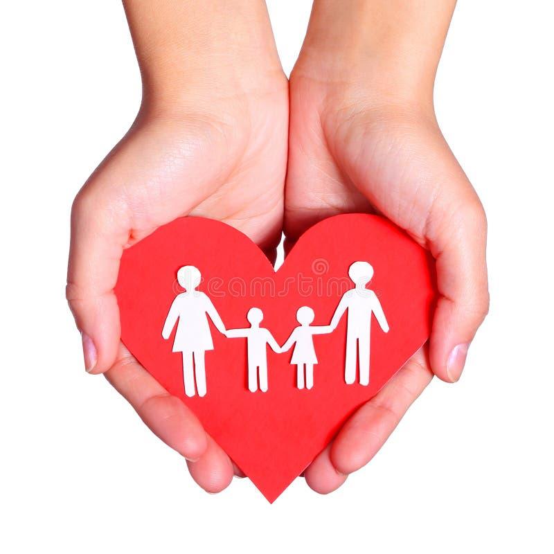 Papierowa rodzina i serce w rękach odizolowywać na białym tle zdjęcia stock