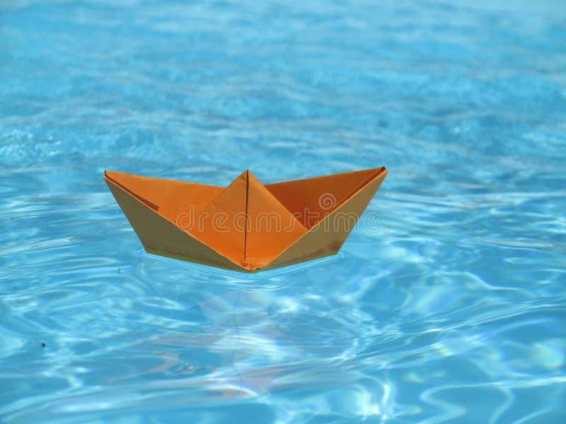 Papierowa statek błękitne wody obrazy royalty free