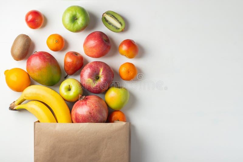 Papierowa torba różne zdrowie owoc na stole obrazy stock