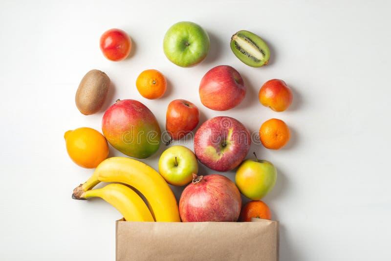 Papierowa torba różne zdrowie owoc na stole obraz stock