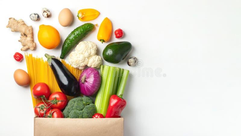 Papierowa torba różny zdrowia jedzenie na stole fotografia royalty free