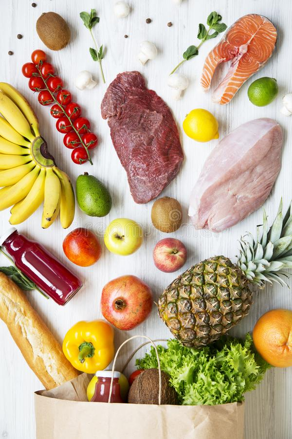 Papierowa torba zdrowy jedzenie na białym drewnianym tle, zamyka up Odgórny widok, above, zdjęcie stock