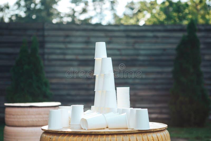 Papierowe białe filiżanki przy zmierzchem Udział papierowe filiżanki zdjęcie royalty free