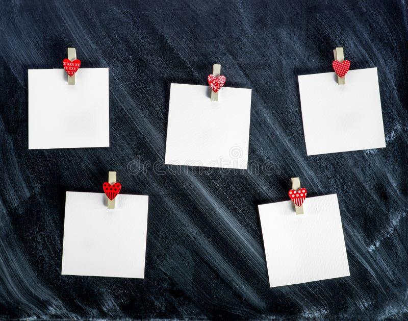 Papierowe karty dołączać z odzieżowymi szpilkami zdjęcia stock