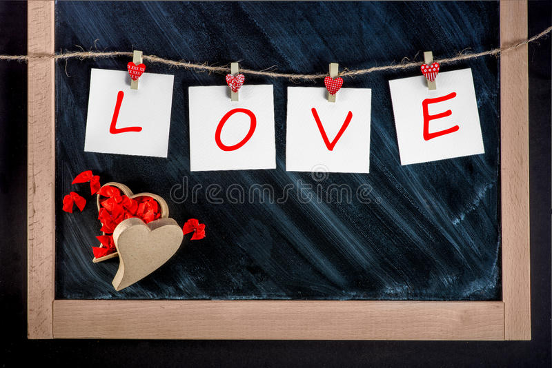 Papierowe karty z list miłości odzieżowymi szpilkami zdjęcie royalty free