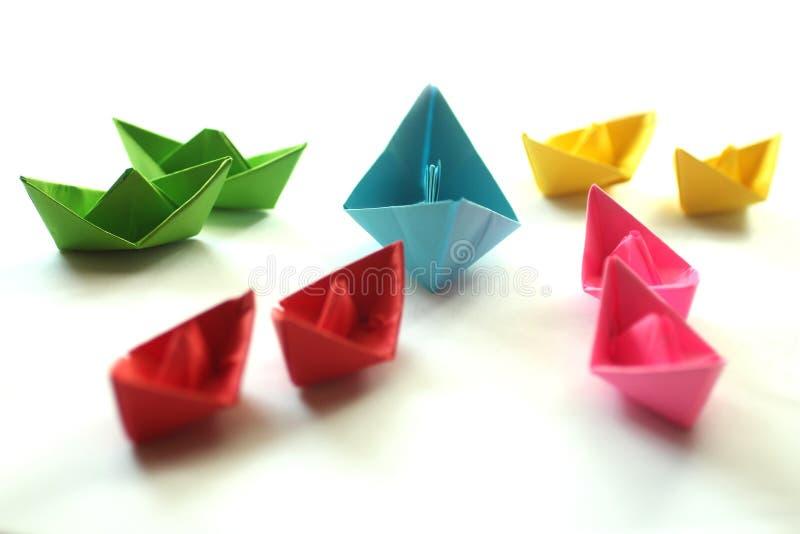 Papierowe ?odzie Origami kolorowi papierowi statki, obrazy royalty free