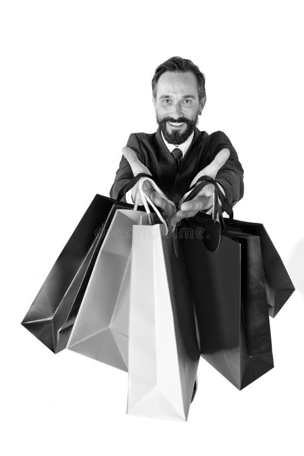 Papierowe torby w ręce odizolowywającej na białym tle sprzedaż kierownik Sezonowe sprzedaże dla robić zakupy Facet w kostiumu z t zdjęcie stock