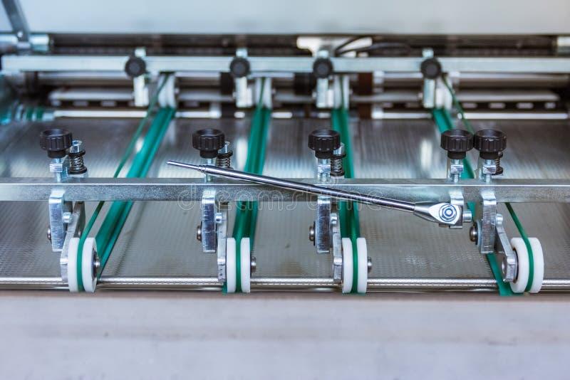 Papierowego falcowania Maszynowy przeniesienie Toczy rolowników Konstruuje Machina obrazy stock