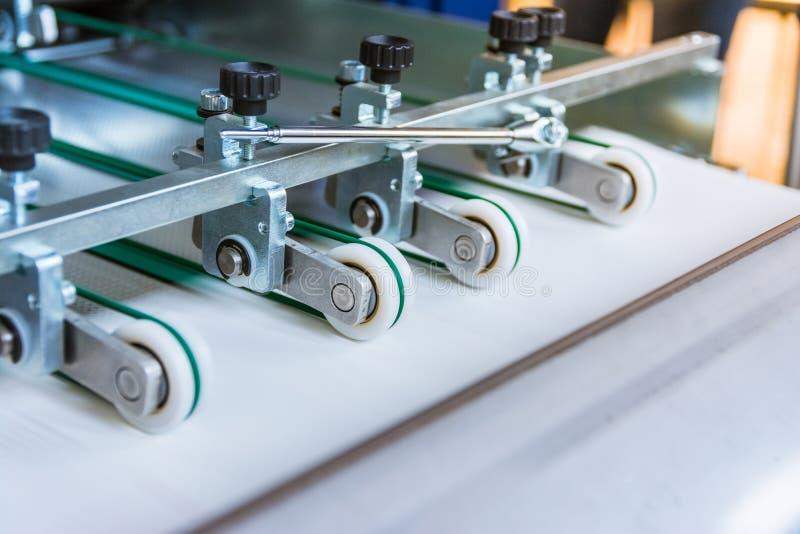 Papierowego falcowania Maszynowy przeniesienie Toczy rolowników Konstruuje Machina fotografia stock