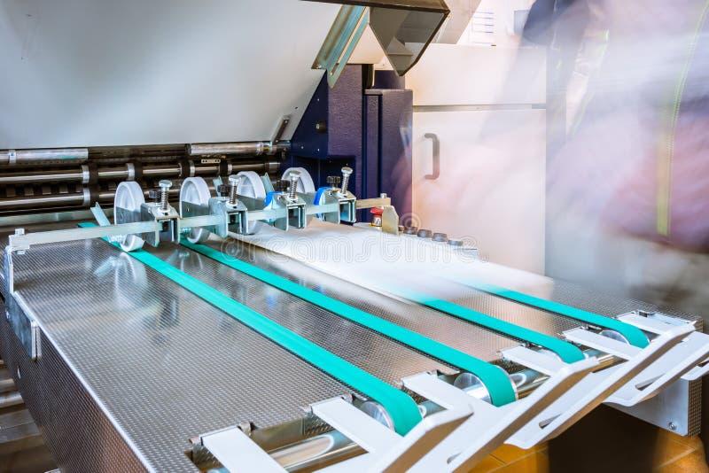 Papierowego falcowania rolowników konwejeru paska wydajności karmy Maszynowy druk zdjęcie stock