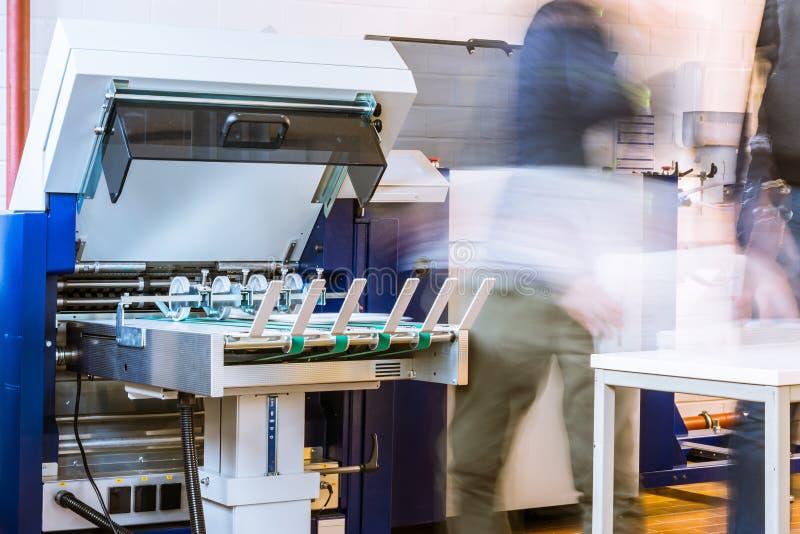 Papierowego falcowania rolowników konwejeru paska wydajności karmy Maszynowy druk zdjęcia royalty free