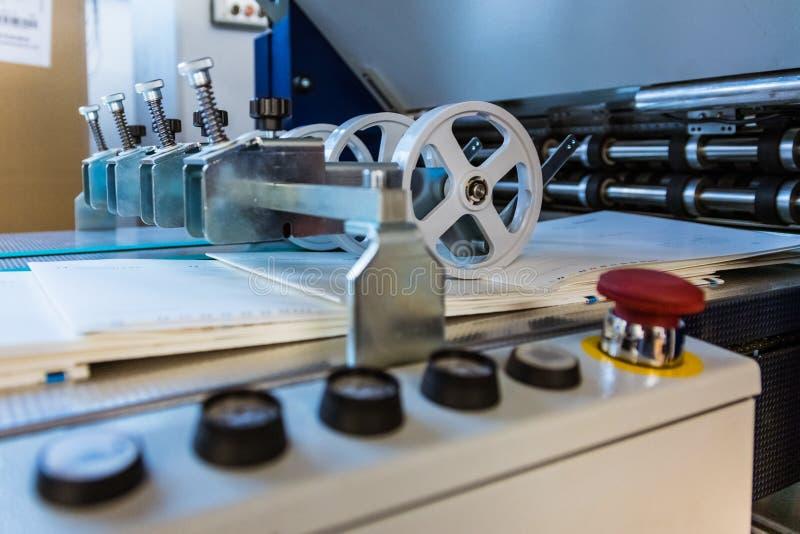 Papierowego falcowania rolowników konwejeru paska wydajności karmy Maszynowy druk fotografia royalty free