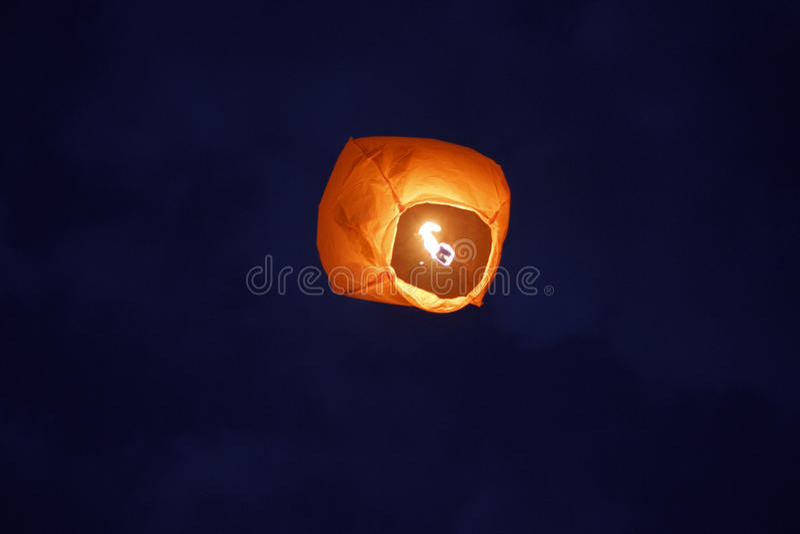 Papierowego lampionu depresji kąta widok na nocnym niebie zdjęcie royalty free
