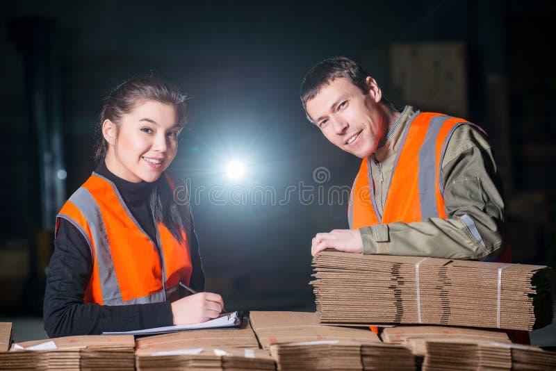 Papierowego młynu pracownicy fabryczni obraz stock