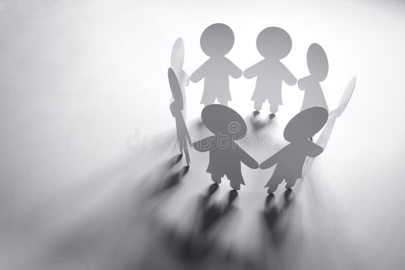 Papierowi łańcuszkowi przyjaciele, rodzina lub związek biznesowy, zdjęcia stock