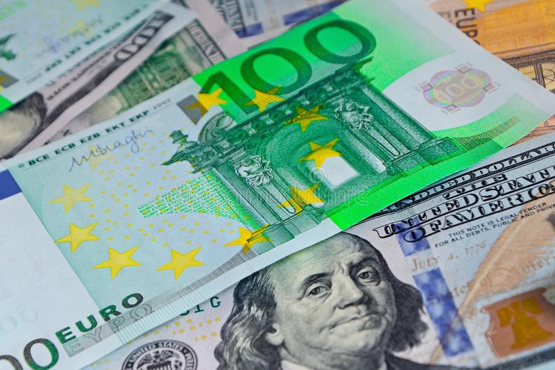 Papierowi banknoty 100 euro kłamają na dolarach Gotówka w górę, koloru tło pieniądze fotografia royalty free