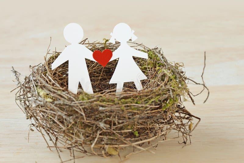 Papierowi dzieci z sercem w gniazdeczku - dziecko ochrony pojęcie obraz stock