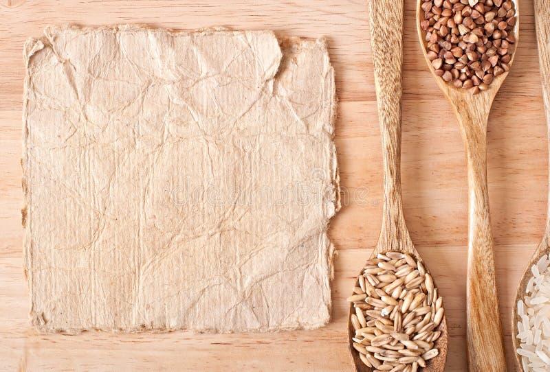 Papierowi i drewniani naczynia dla kuchni fotografia stock