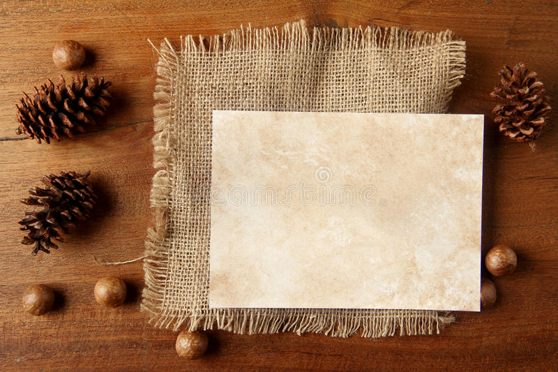 Papierowy burlap na teakwood desce obraz royalty free