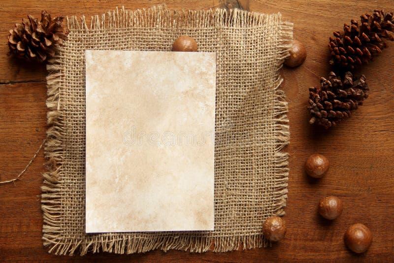 Papierowy burlap na teakwood desce zdjęcia stock