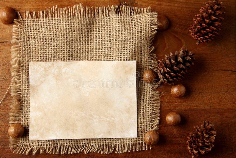 Papierowy burlap na teakwood desce zdjęcie stock
