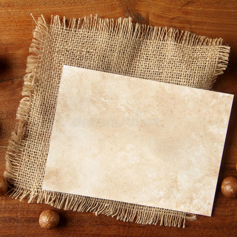 Papierowy burlap na teakwood desce fotografia stock