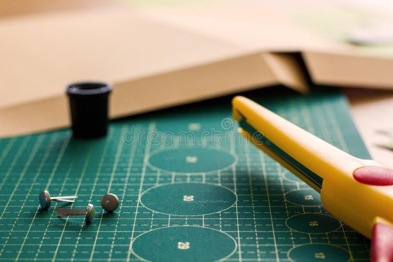 Papierowy crafter ` s miejsce pracy obrazy stock