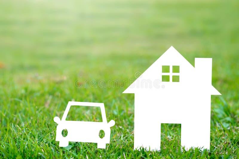 Papierowy dom i samochód na śródpolnej bokeh tła kopii przestrzeni zdjęcie royalty free